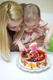 庆祝婴孩的第一个生日的母亲 库存照片