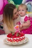 庆祝婴孩` s第一个生日的母亲 库存图片