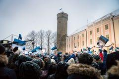 庆祝100年爱沙尼亚独立的人们在Toompea城堡 库存图片