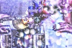 庆祝 日s华伦泰 斟酒服务员或侍者倒在玻璃的白葡萄酒 圣诞节新年度 库存图片