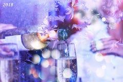 庆祝 日s华伦泰 斟酒服务员或侍者倒在玻璃的白葡萄酒 圣诞节新年度 免版税库存照片
