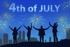 庆祝7月第4的愉快的人民剪影与烟花的 库存照片