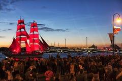 庆祝`猩红色风帆在`不眠夜`节日期间的`展示在StPetersburg,俄罗斯 免版税库存图片