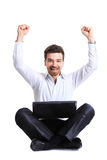 庆祝他的与计算机的商人成功 库存图片