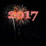 庆祝2017年的五颜六色的烟花 免版税库存照片