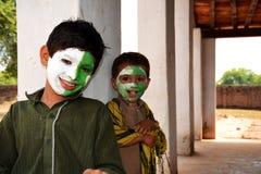 庆祝他们的全国美国独立日的逗人喜爱的巴基斯坦孩子 免版税库存图片