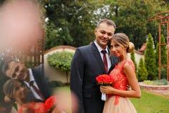 庆祝他们的婚礼的新娘夫妇 库存照片