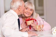 庆祝他们的爱的逗人喜爱的资深夫妇 免版税库存图片