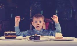 庆祝他的生日的逗人喜爱的年轻男孩 免版税库存照片