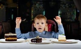庆祝他的生日的逗人喜爱的年轻男孩 免版税图库摄影