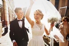 庆祝他们的marria的白种人愉快的浪漫年轻夫妇 免版税库存照片