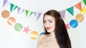 庆祝 美丽的女孩在党微笑并且闪光 一个年轻愉快的妇女特写镜头的画象 a的概念 股票视频