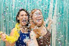 庆祝Carnaval和穿戴五颜六色的围巾的两个女朋友 库存图片