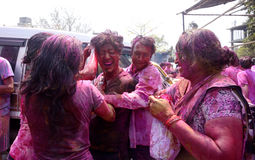 庆祝Holi的人们 免版税库存图片