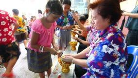 庆祝Songkran (泼水节/浇灌节日)问候长辈 影视素材