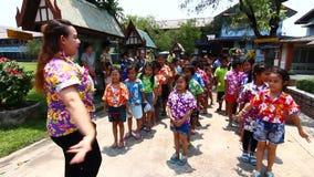 庆祝Songkran (泼水节/水节日)儿童的游行的人们庆祝节日在学校 影视素材