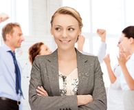庆祝succes的女实业家在办公室 库存照片
