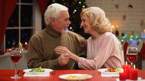 庆祝Xmas的年迈的夫妇体贴亲吻和拥抱,持久婚姻 股票视频