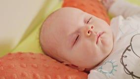 床关闭的新出生的睡觉的婴孩  图库摄影