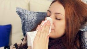 床吹的鼻子的病的妇女在纸组织 影视素材