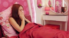 床吹的鼻子的病的妇女在纸组织 股票视频