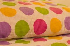 床和枕头有色的pois的 免版税库存图片