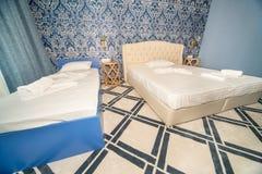 床在一个标准旅馆客房在Kranevo,保加利亚 库存照片