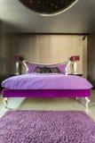 床在侈奢的银色卧室 库存图片