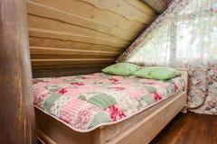 床在屋顶下 免版税库存照片
