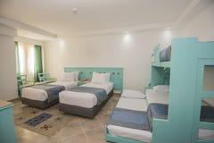 床在旅馆客房的豪华家庭娱乐室 免版税库存图片