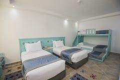 床在旅馆客房的豪华家庭娱乐室 免版税库存照片