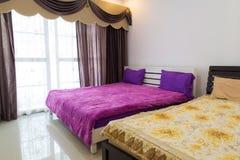 床在旅馆客房,泰国 免版税图库摄影