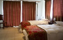 床在旅馆客房 免版税库存照片