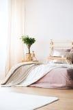 床在明亮的卧室 图库摄影