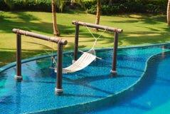 床在游泳池装饰 免版税图库摄影