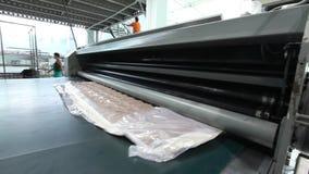 床垫单位被供应在一台水压机下并且被压缩,水压机压缩并且包裹床垫 股票录像