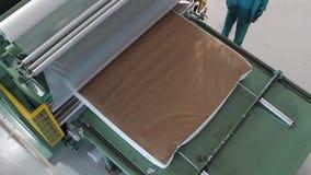 床垫单位被供应在一台水压机下并且被压缩,水压机压缩并且包裹床垫 股票视频