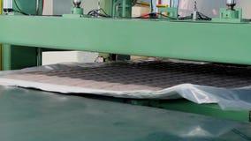 床垫单位被供应在一台水压机下并且被压缩,水压机压缩并且包裹床垫 影视素材