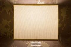 床头灯在一间舒适卧室 免版税库存照片