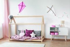 床对有风筝的墙壁 库存照片