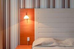 床头板和床在一个干净的旅馆客房 库存图片