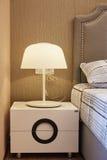 床头柜灯在卧室 库存照片