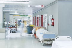 床医生医院走廊被弄脏的推力红色 库存照片