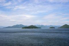 水库、小山和蓝天全景在Kaeng Krachan水坝, Kaeng Krachan国家公园,佛丕府,泰国 免版税库存图片