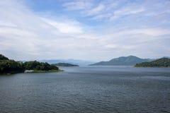 水库、小山和蓝天全景在Kaeng Krachan水坝, Kaeng Krachan国家公园,佛丕府,泰国 库存照片
