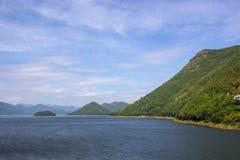 水库、小山和蓝天全景在Kaeng Krachan水坝, Kaeng Krachan国家公园,佛丕府,泰国 库存图片