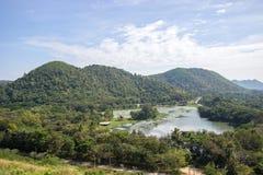 水库、小山和蓝天全景在Kaeng Krachan水坝, Kaeng Krachan国家公园,佛丕府,泰国 免版税库存照片