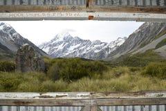 库克山照片通过窗口 库存照片