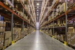 仓库内部有机架的有很多箱子 免版税库存图片