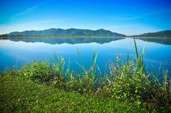 水库和山风景在泰国 免版税库存图片